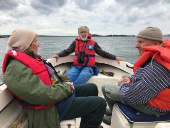 Naturvårdsarbete innebär även avkoppling och trevligt umgänge. Cecilia Ambjörn, Göran Esbjörnsson och Carl Otto Mattson kopplar av i båten.