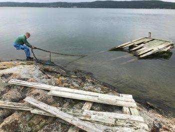 Göran Esbjörnsson drar in resterna av den gamla bryggan