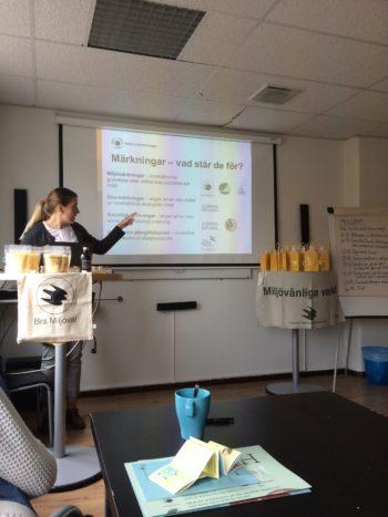 Kristina Volkova Hellström föreläser om farliga ämnen i kosmetiska och hur man undviker dessa genom att välja miljömärkt.