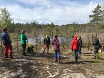 Foto på deltagarna och vy över en sjö.